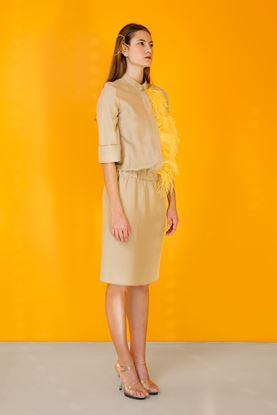 Obrázek Béžové hedvábné šaty s pštrosím peřím