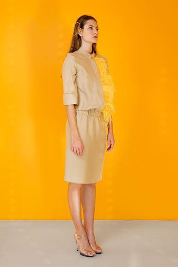 Obrázek z Béžové hedvábné šaty s pštrosím peřím