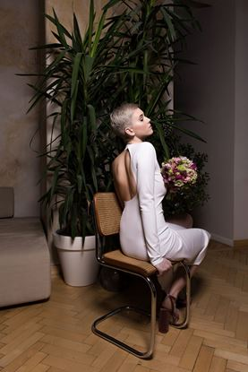 Obrázek Bílé jednoduché šaty na jedno rameno